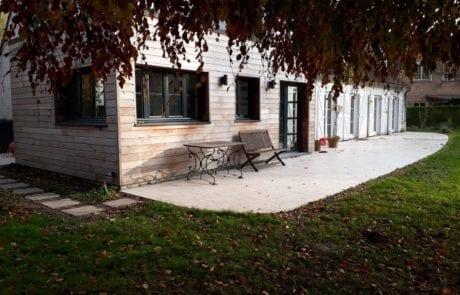 accès entre le parking et le jardin le long de cette extension en ossature bois