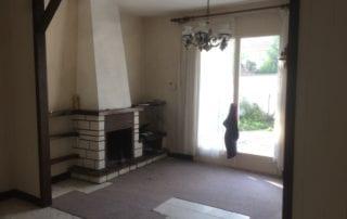 salon-et-cheminee-avant-travaux-de-renovation-et-d-amenagement-interieur