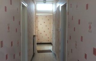 couloir-avec-papier-peint-avant-travaux-de-renovation