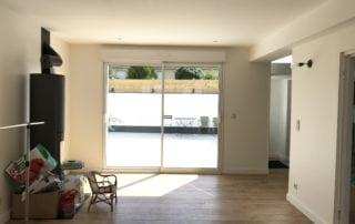 travaux-salon-avec-pose-d-une-porte-vitree-et-cours-renovee