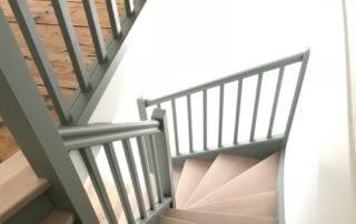 renovation-escalier-tournant-bois-et-peinture