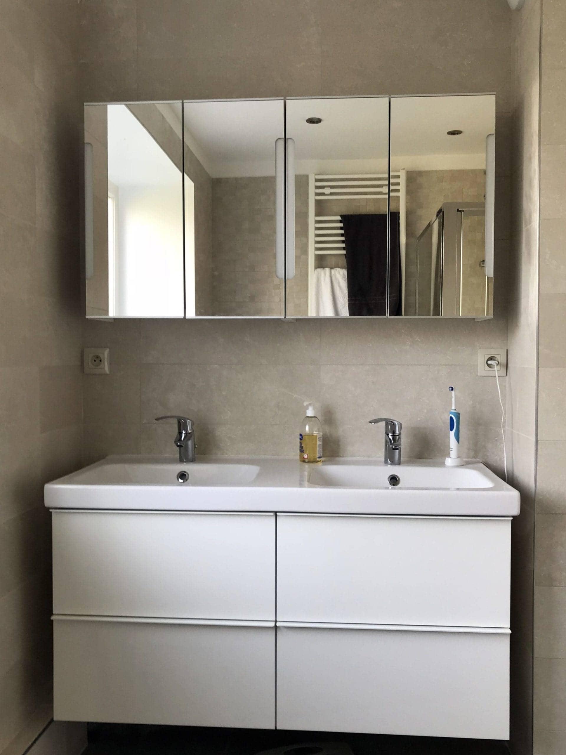 salle de bain rénovée avec meuble double vasque type IKEA