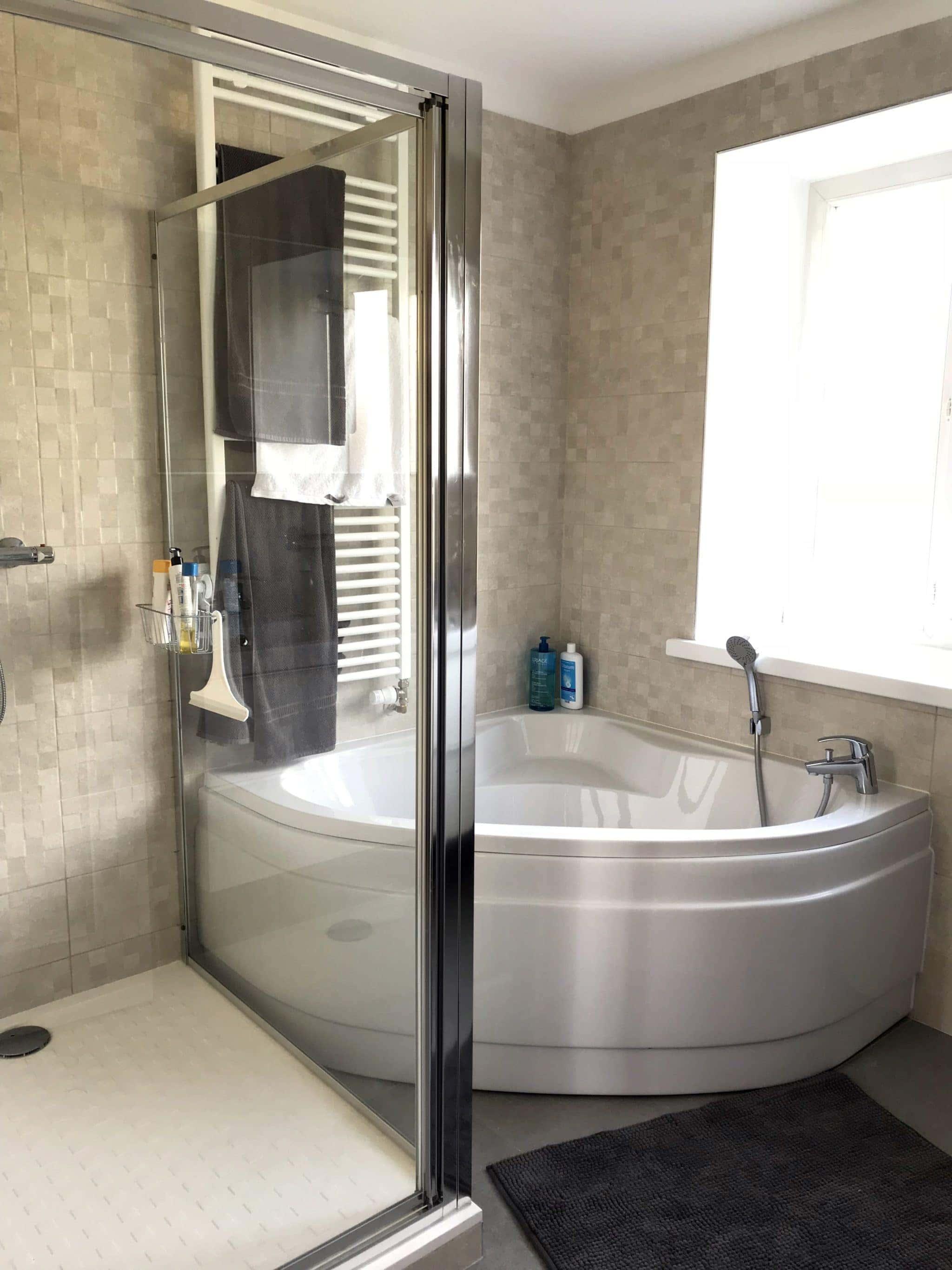 rénovation et conception d'une salle de bain avec baignoire et douche