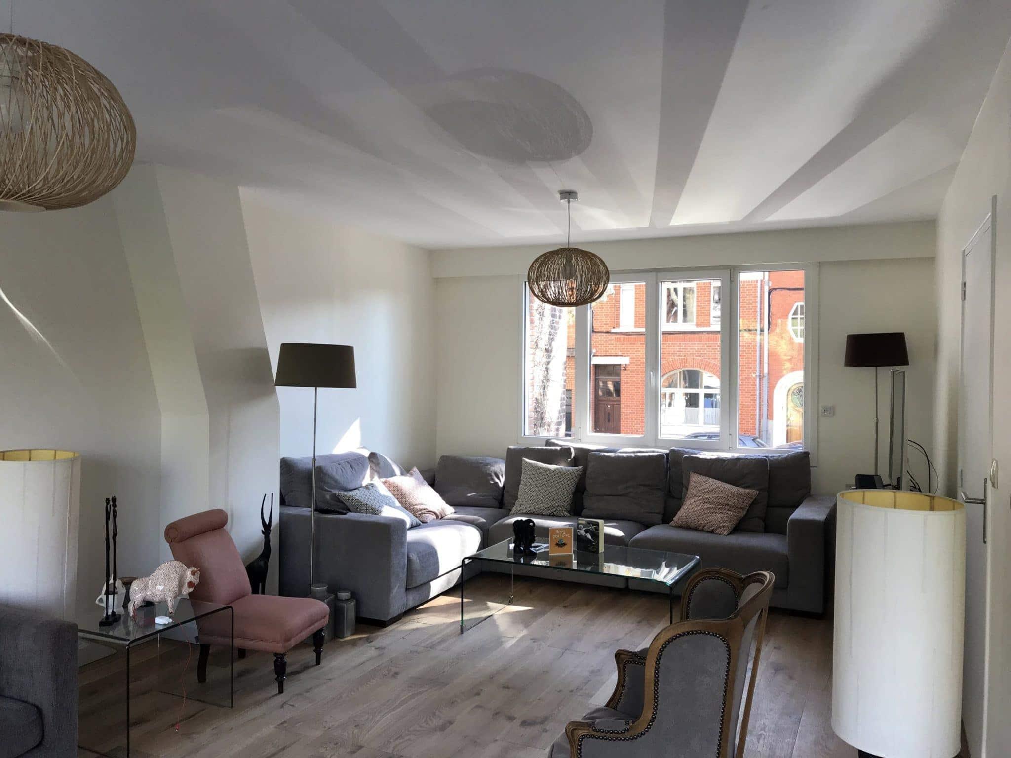 nouveau salon lumineux avec des espaces ouverts