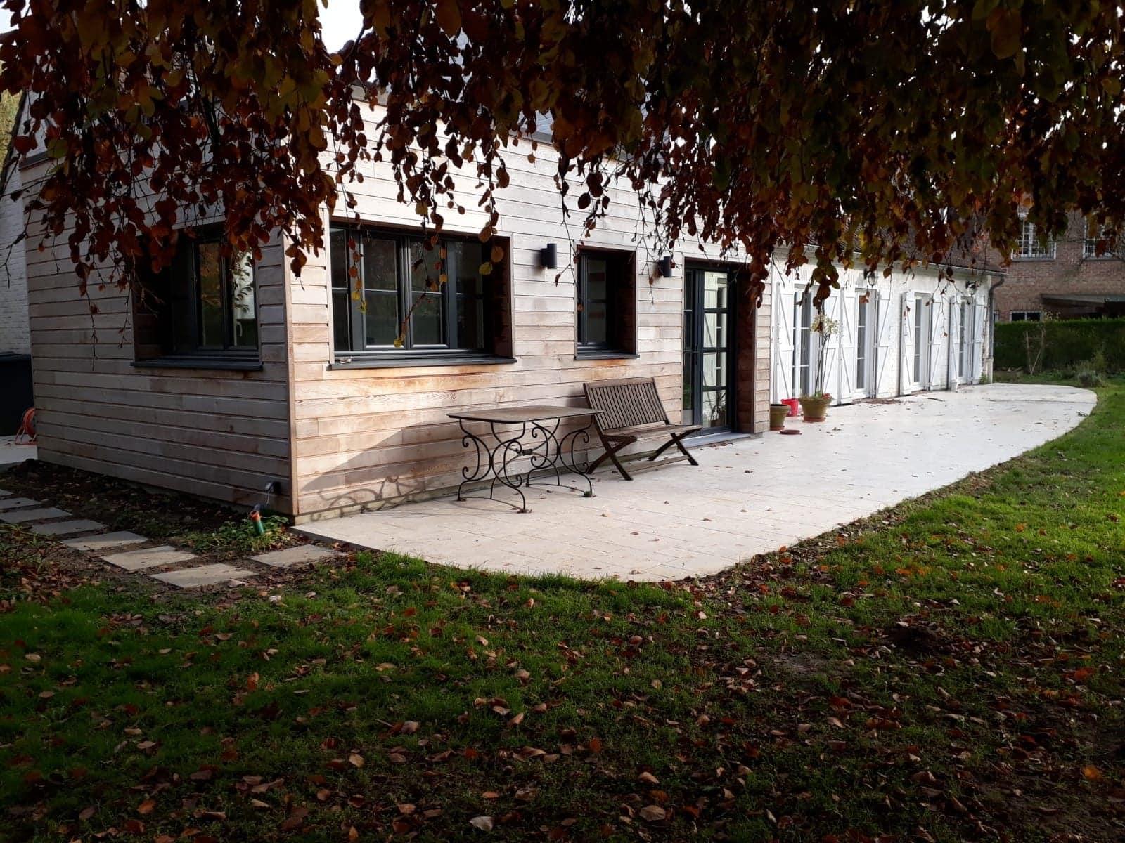 extension avec bardage bois et terrasse