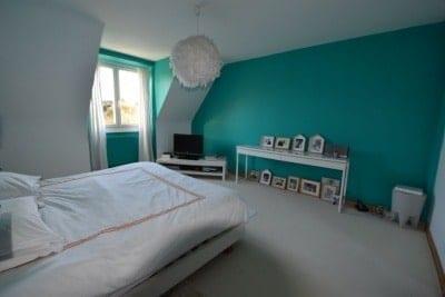 ancienne chambre avec des couleurs un peu trop osée pour les nouveaux propriétaires