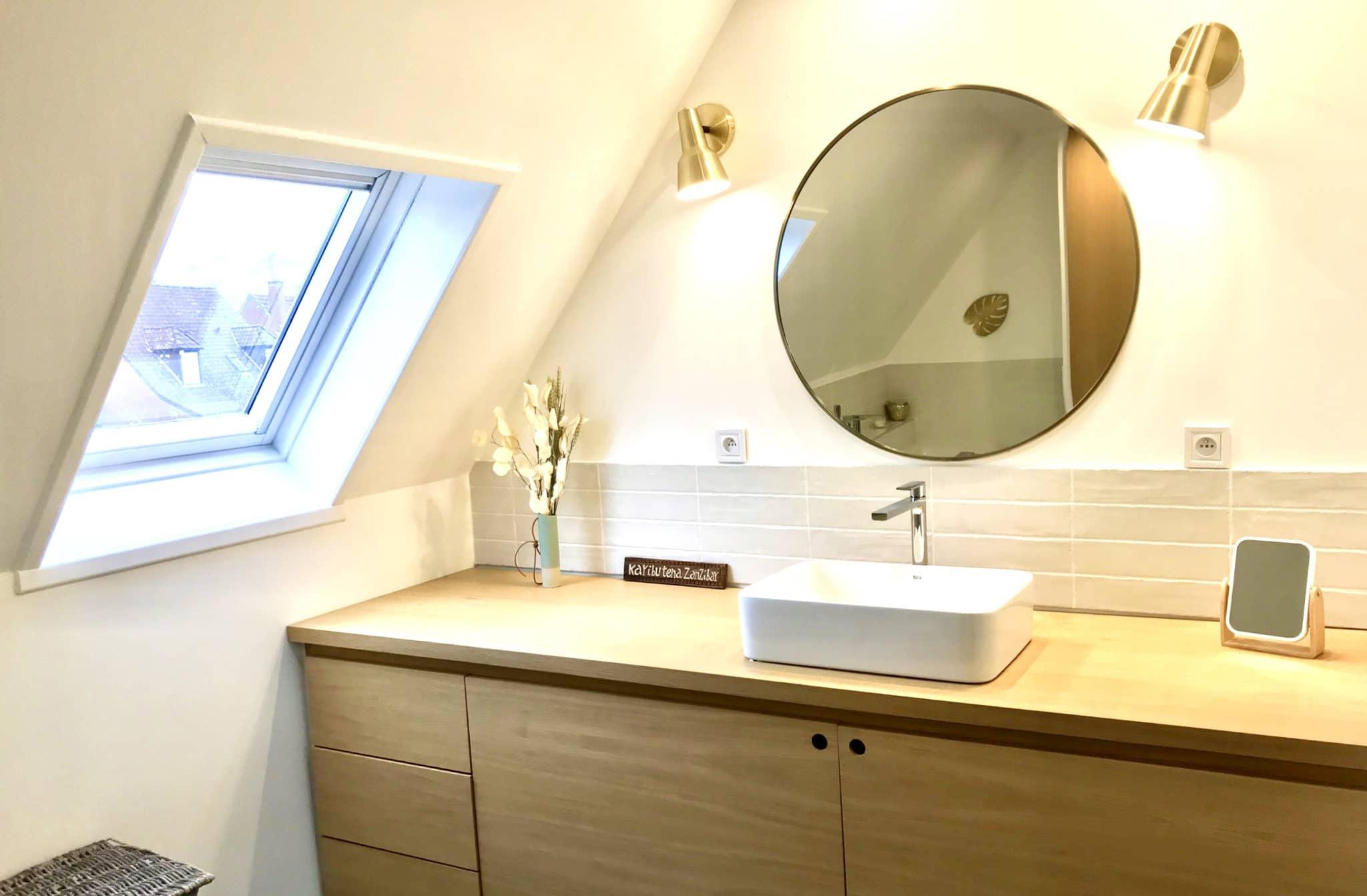 salle de bain avec meuble vasque sur mesure, vasque posée et miroir doré