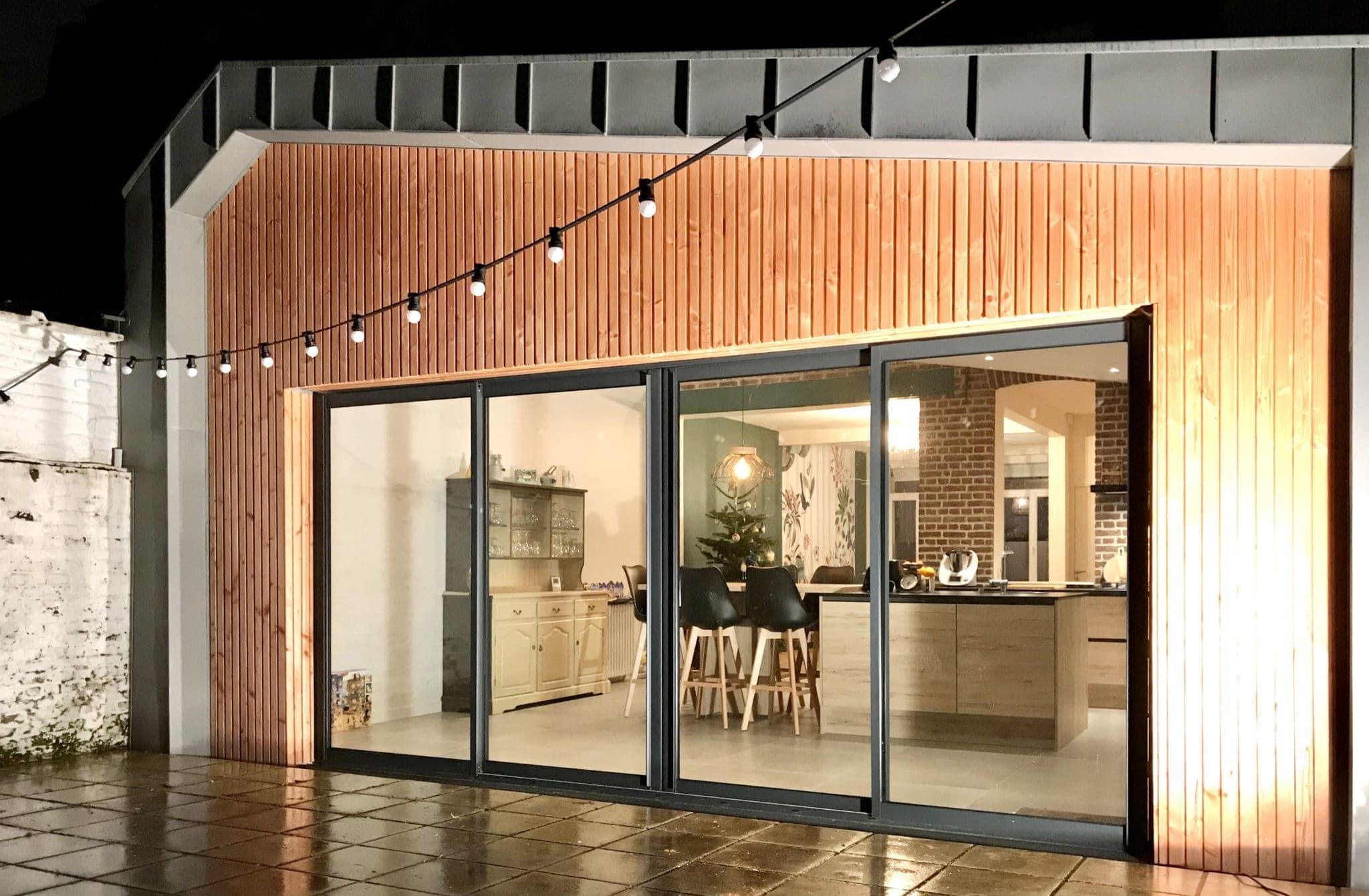 extension avec bardage bois et baie vitrée 4 vantaux aluminium
