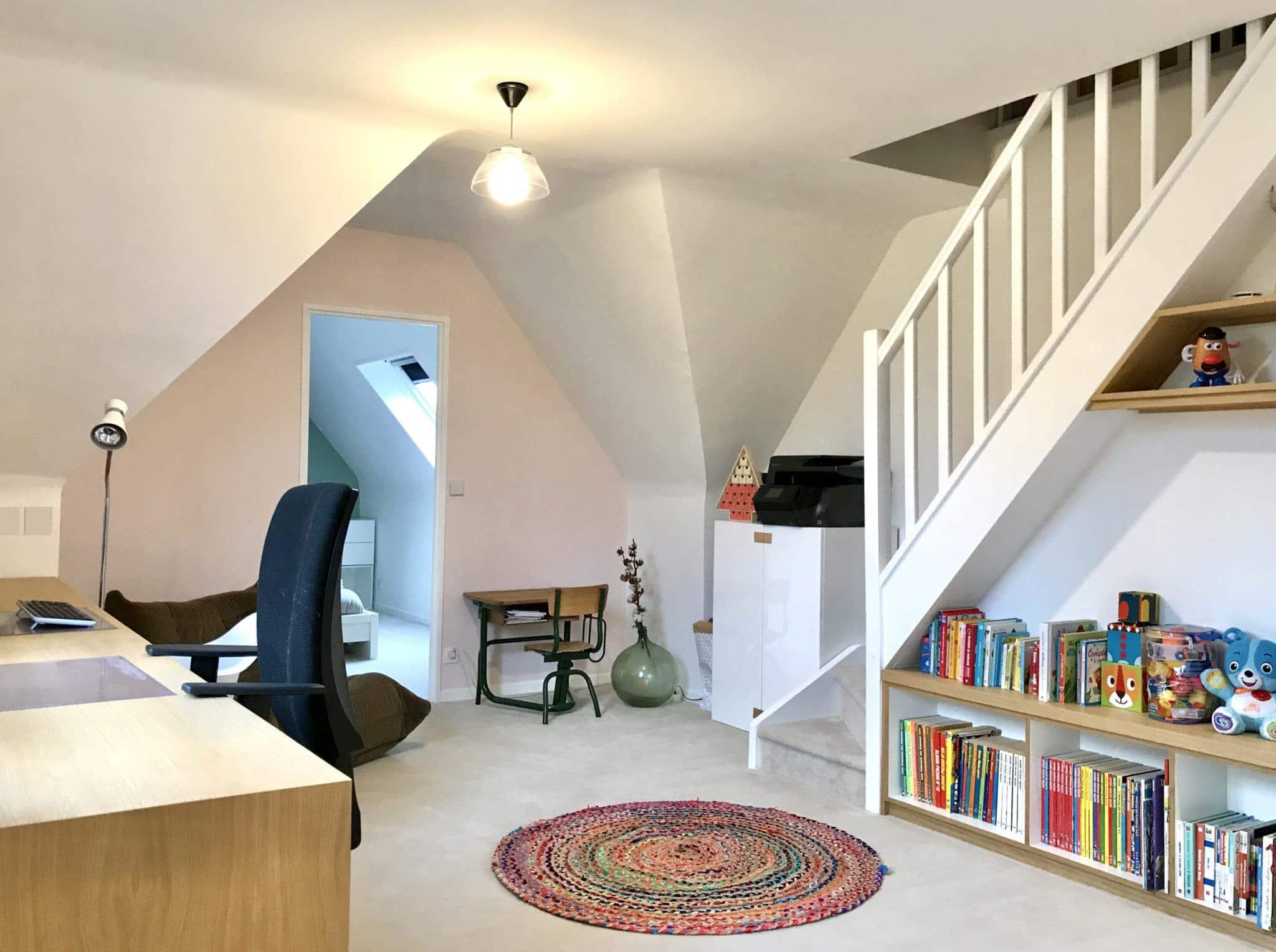 palier d'étage transformé en bureau et salle de jeux pour les enfants