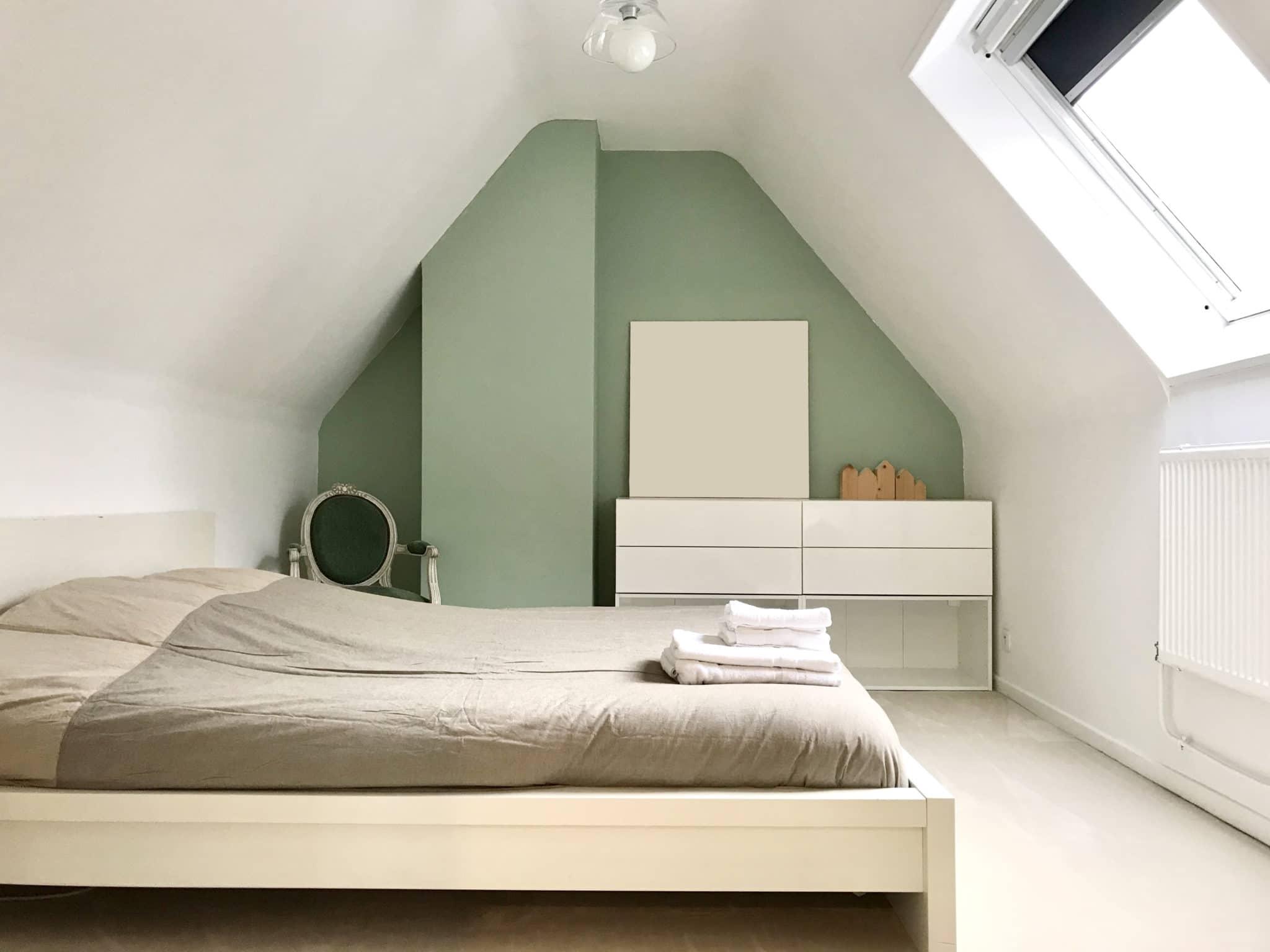 chambre, peinture tendance avec lit double et velux