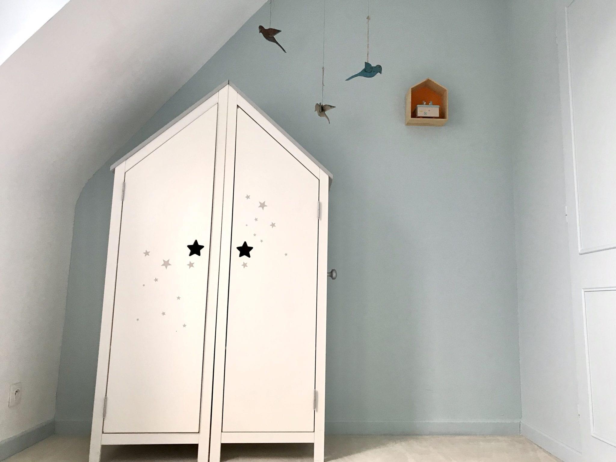 chambre bébé avec meuble cabine et décoration enfant