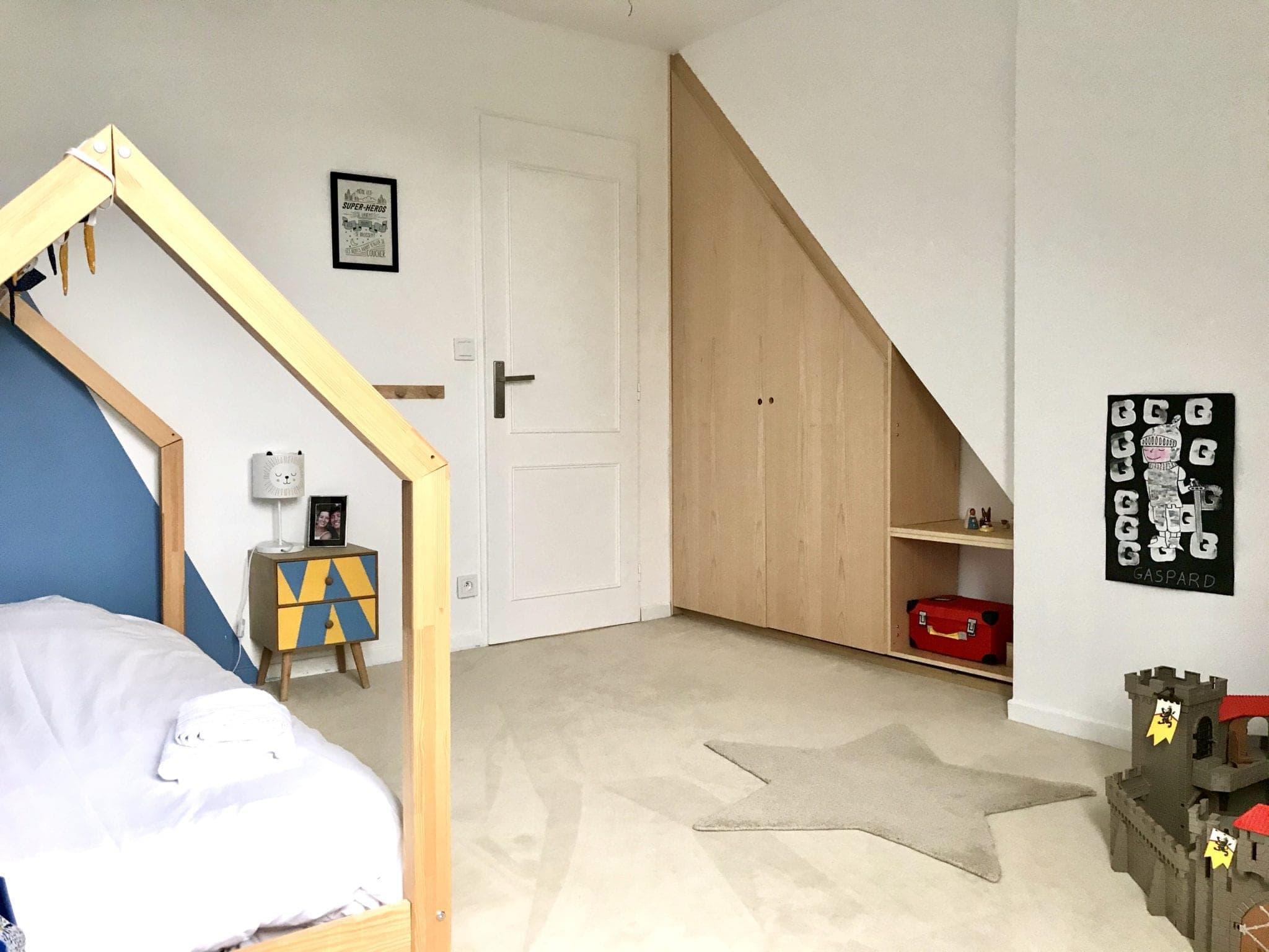 chambre d'enfant avec menuiseries intérieurs sur mesure pour habiller la descente d'escalier