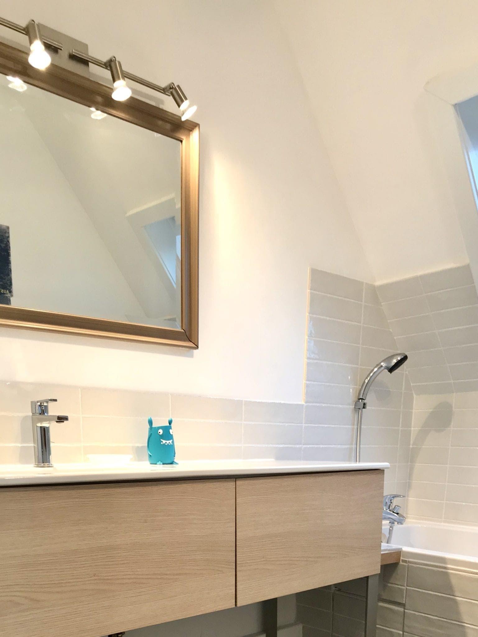 salle de bain avec plan de travail vasque intégré en céramique