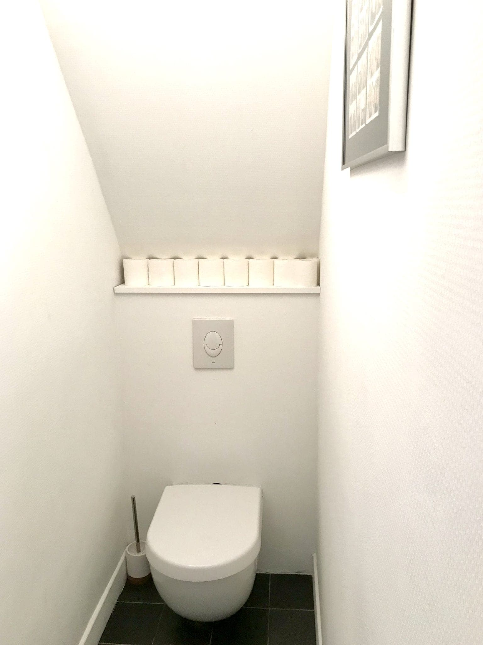toilette suspendu pour faciliter le nettoyage
