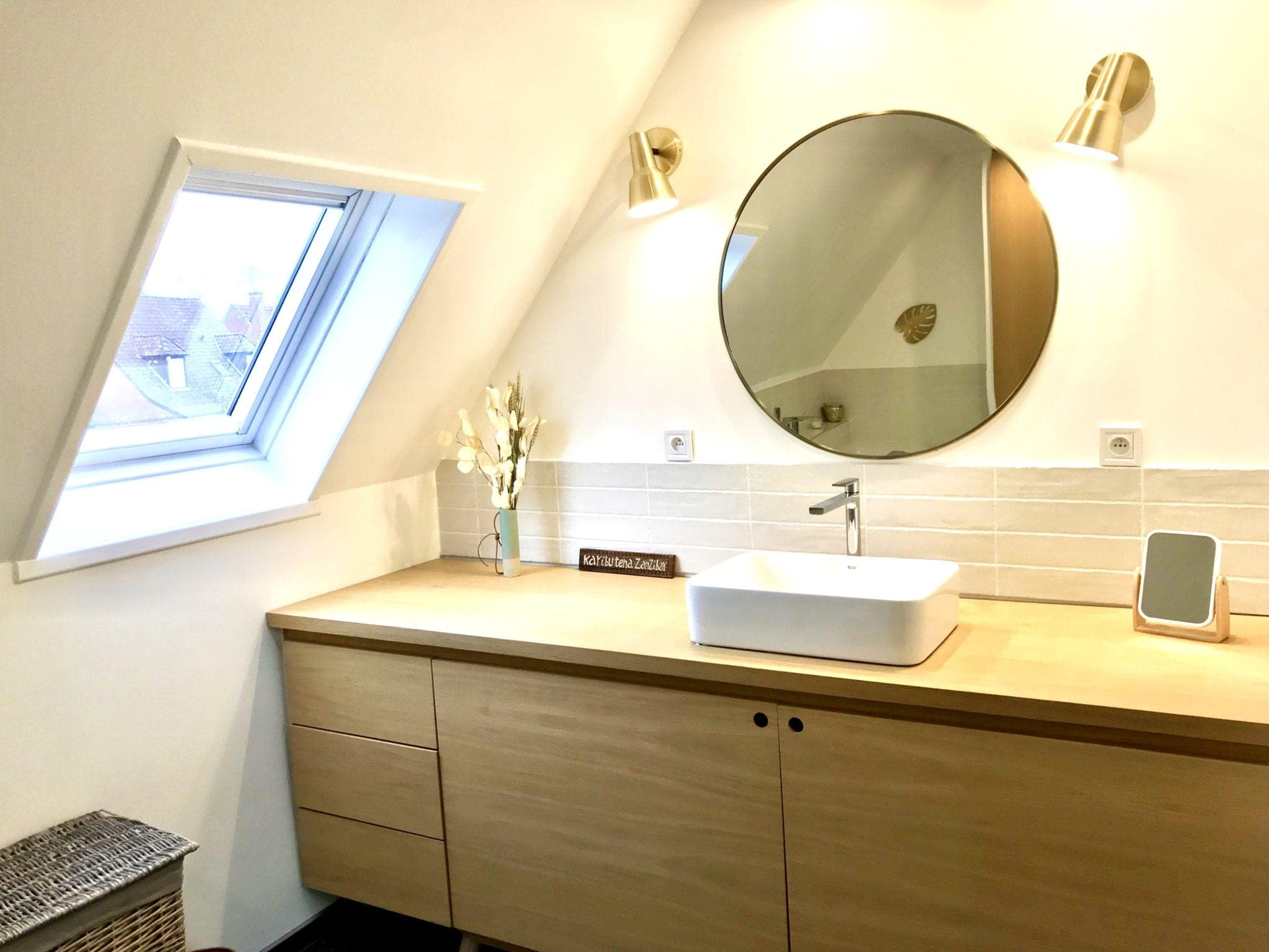meuble vasque sur mesure avec vasque à poser et grand plan de travail pour changer les enfants