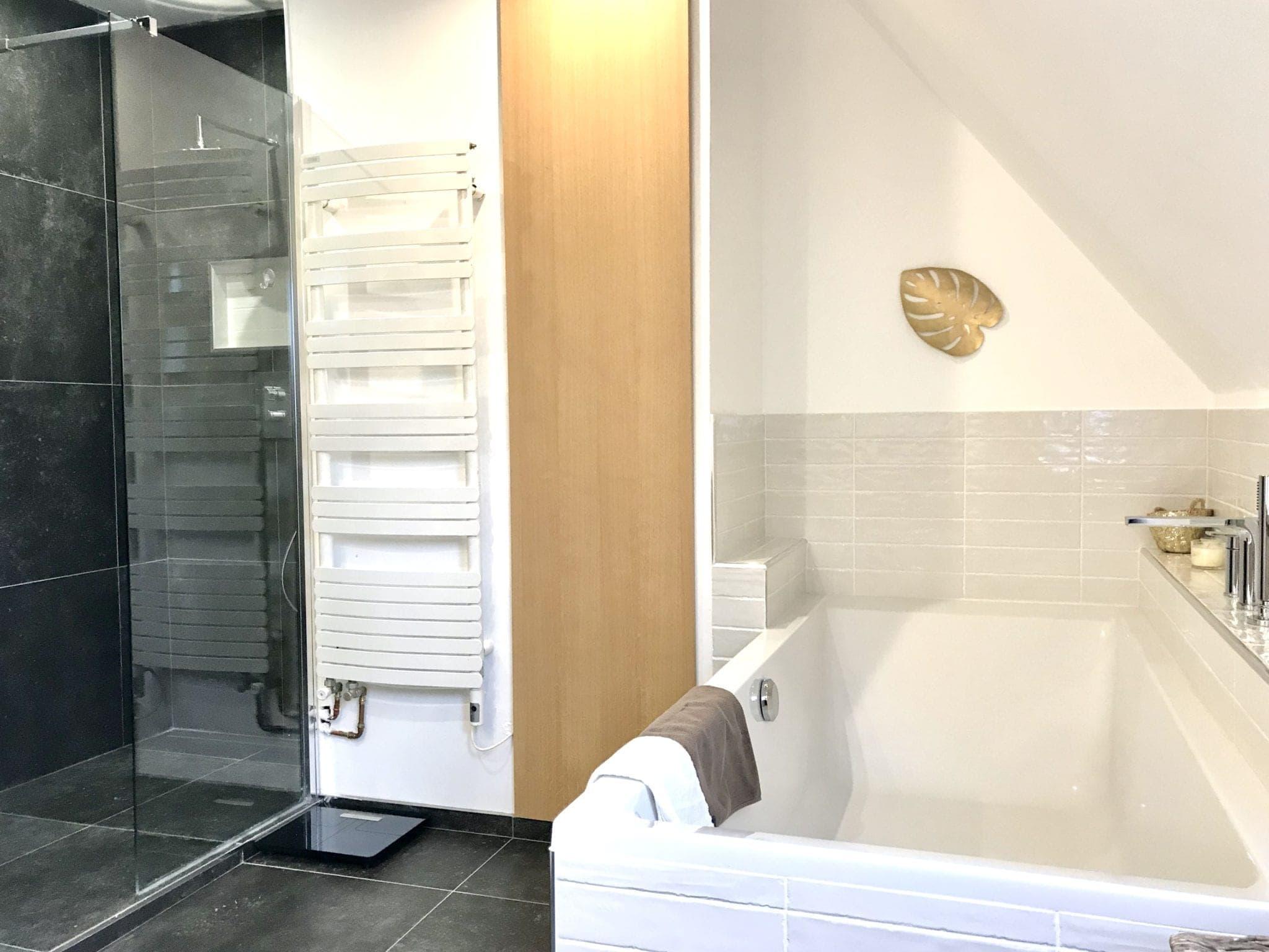 salle de bain avec grande baignoire 190 x 90 et douche 180 x 90