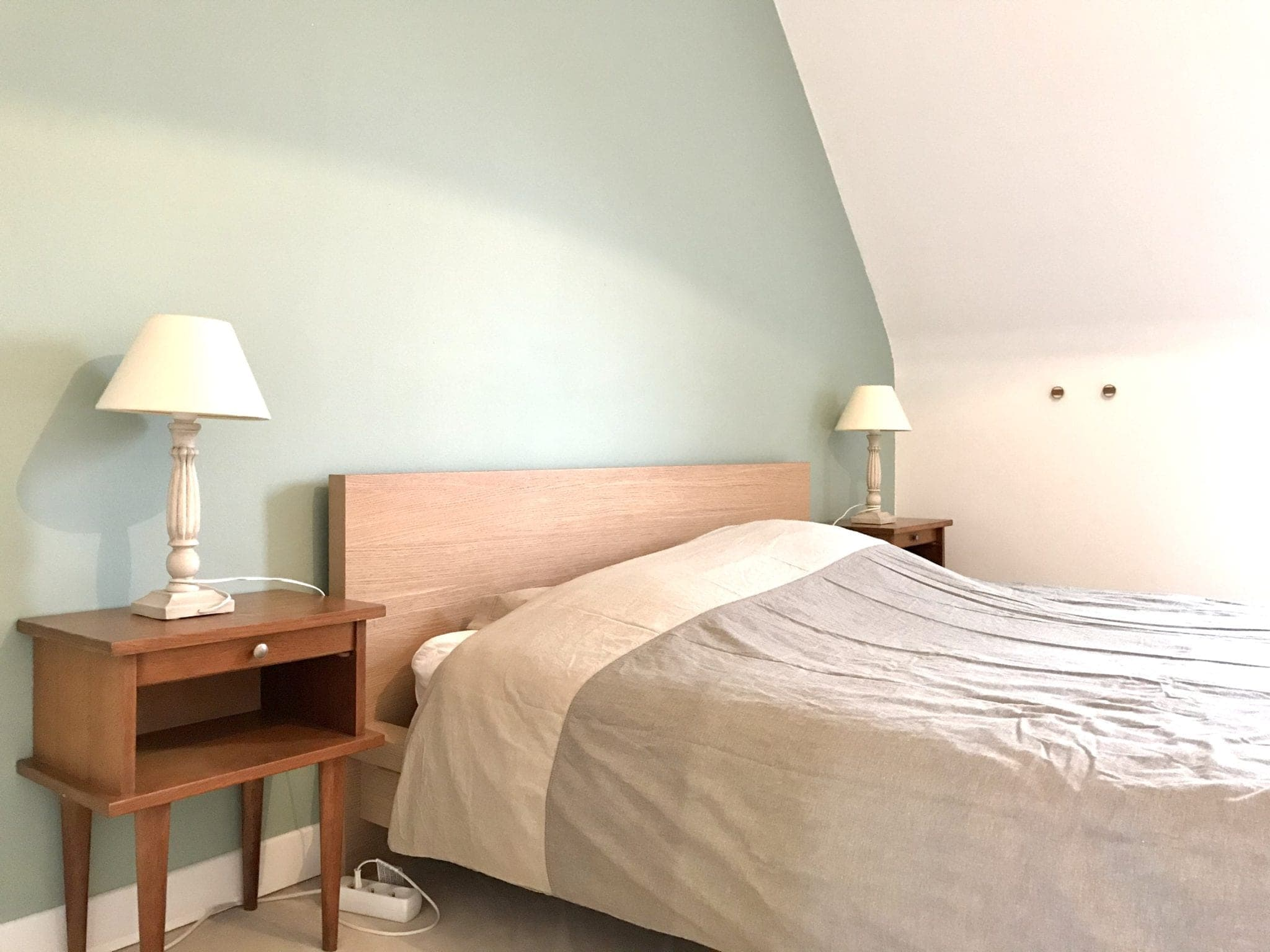 chambre rénovée avec lit double