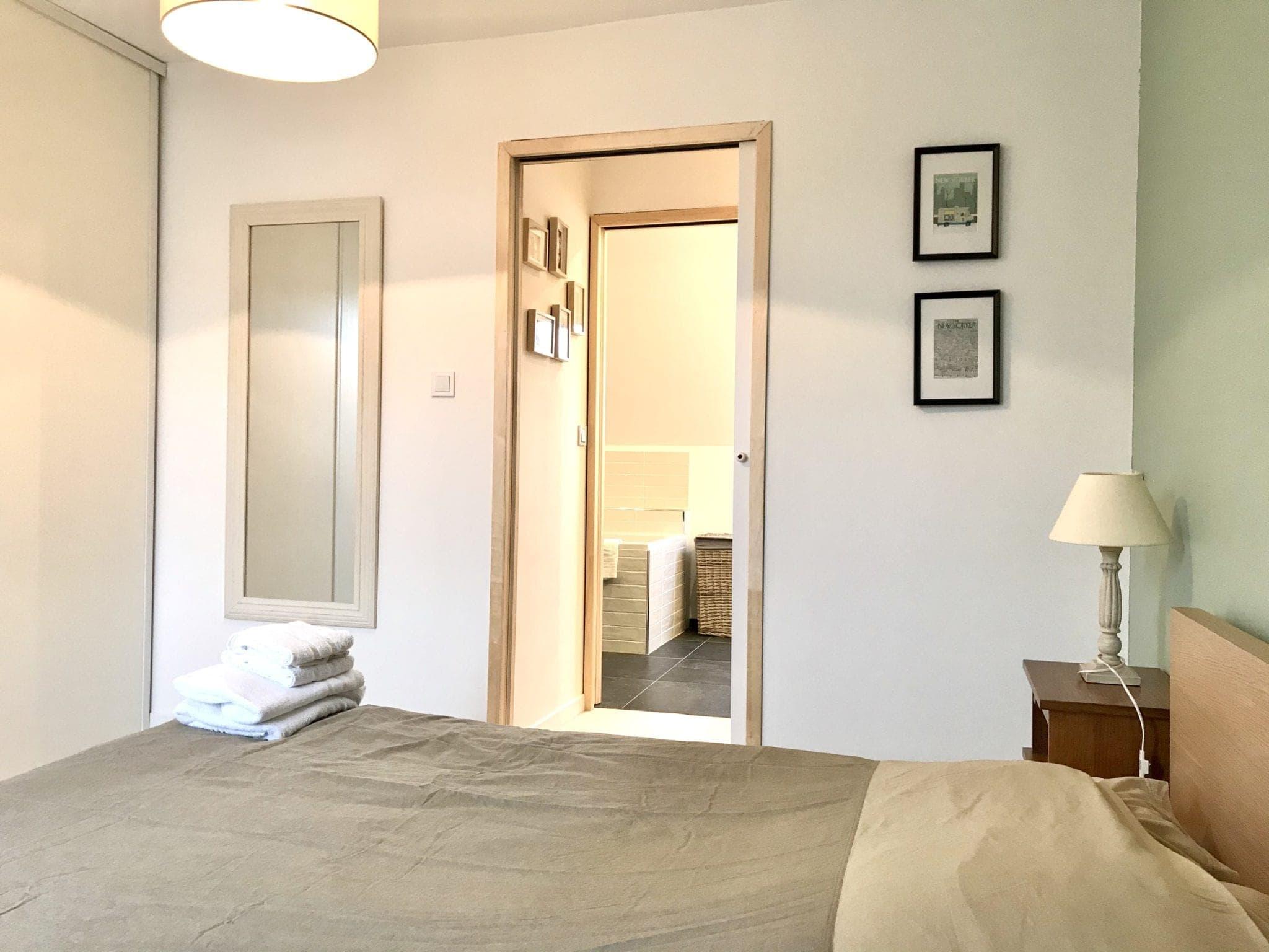 chambre parentale avec salle de bain beige bois et vert