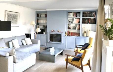 Salon avec bibliothèque et cheminée intégrée
