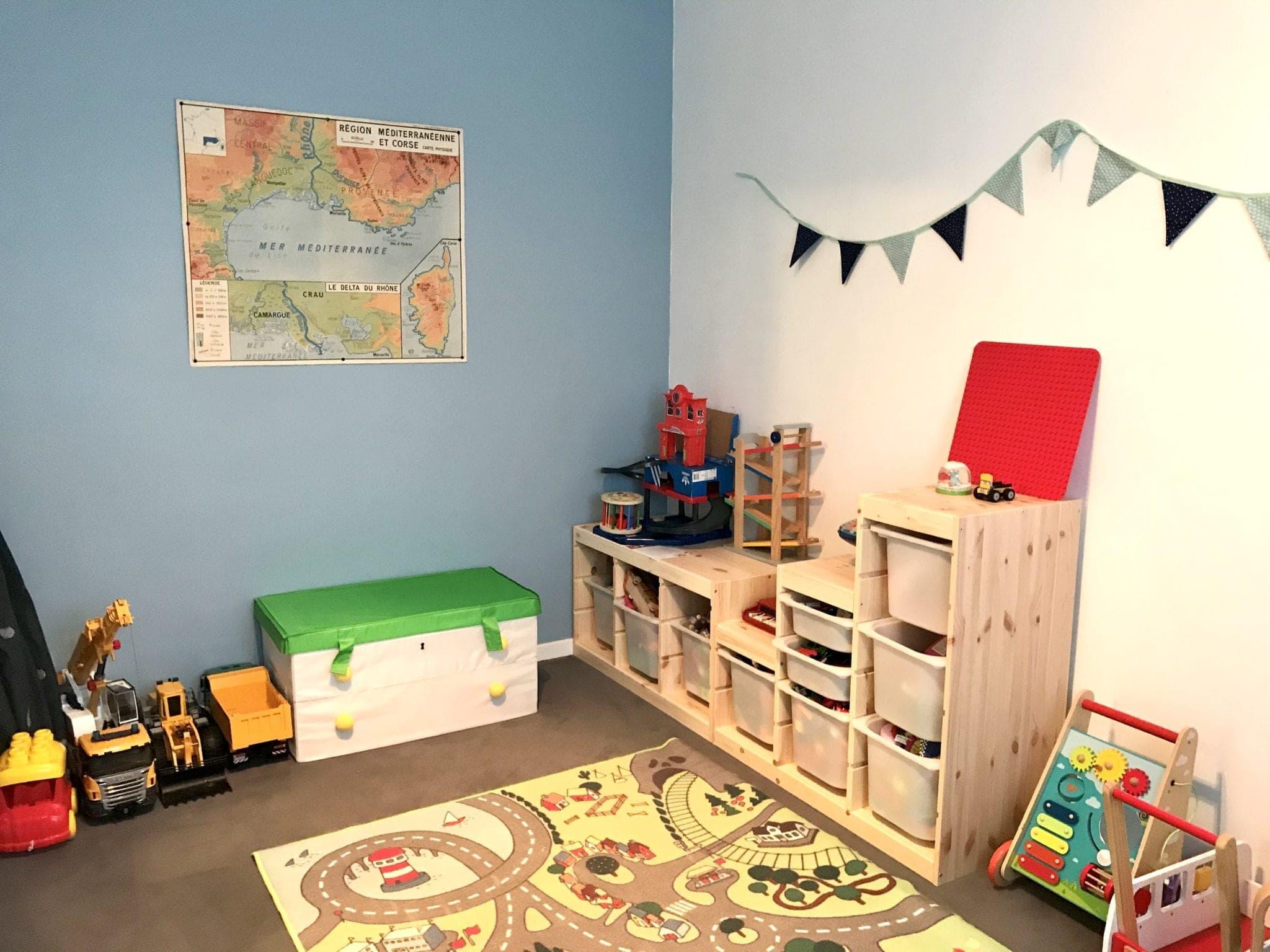 aménagements ludiques et montessori pour cette salle de jeux